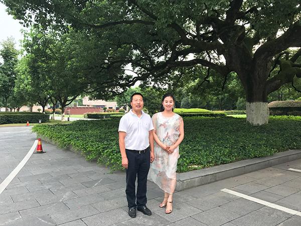 凤凰栖董事长与义乌副市长朱有清合影